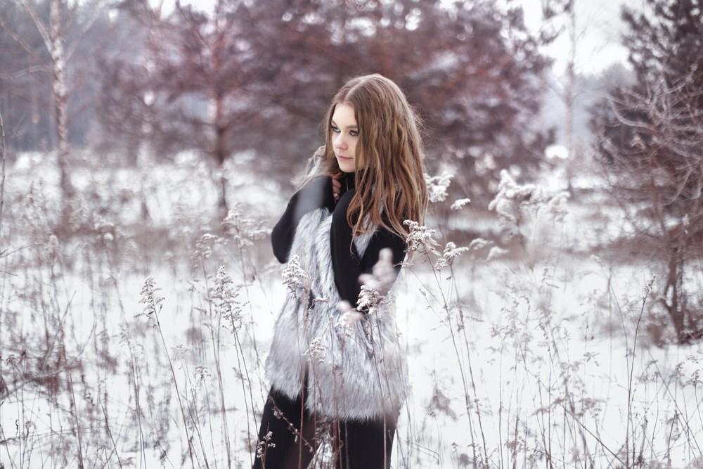 Zimowa stylizacja do sesji zdjęciowej w lesie - Karola and her passions