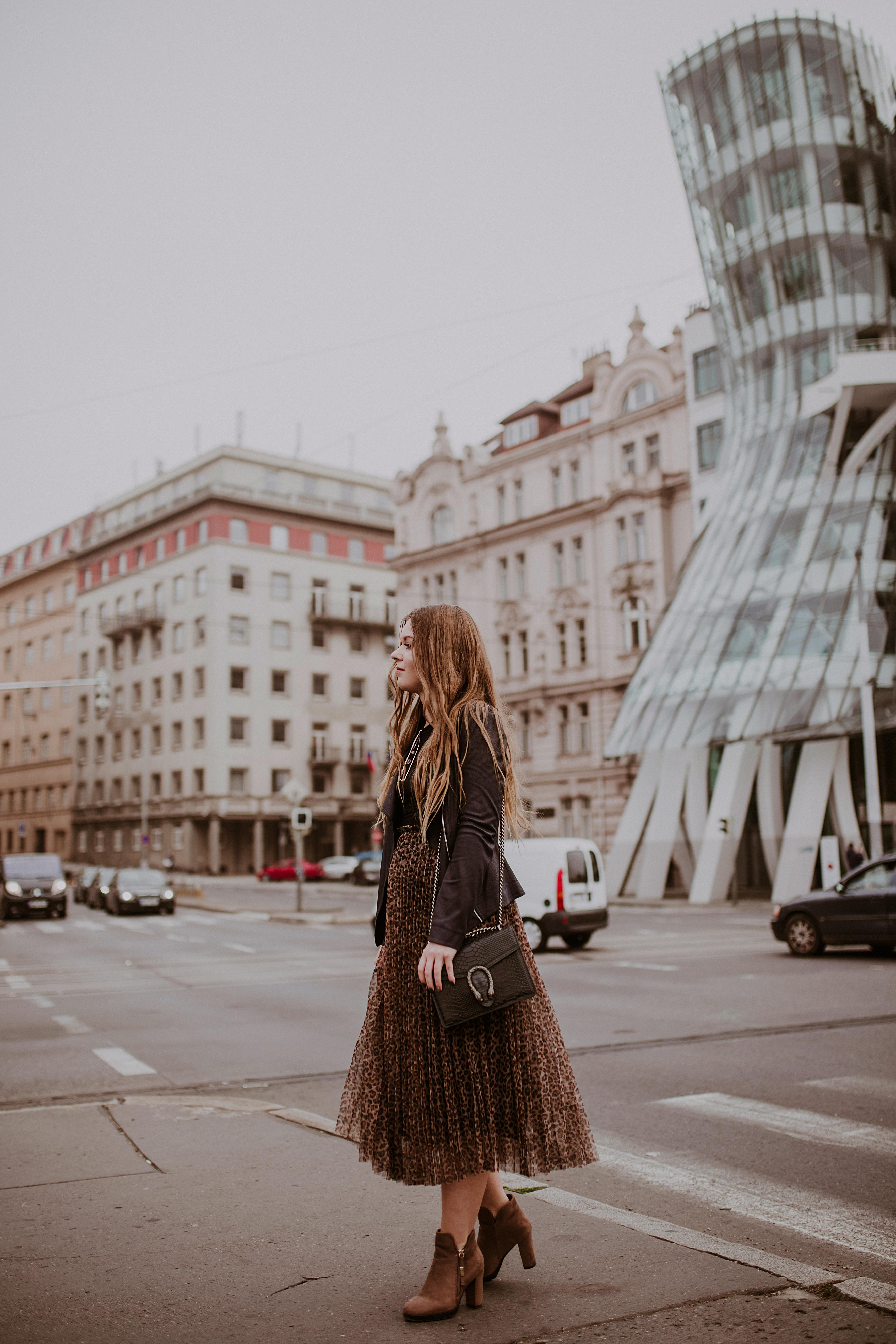 Tańczący Dom w Pradze. Stylizacja ze spódnica w panterkę od